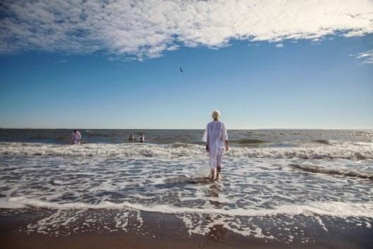 По материалам: fishki.net Церемония крещения на пляже Брайтон-Бич